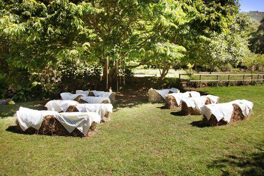 Decoración de la ceremonia con balas de paja (fardos de paja)   {Foto, Myriam Beneyto | Decoración, Un día diferente}
