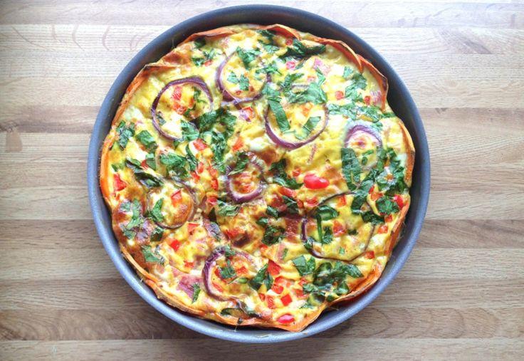 Middagspai med søtpotetbunn, 3-4 porsjoner 1 stor eller 2 små søtpoteter 8 egg 3 dl valgfri melk 150 g skinke 1 ts salt 1 ts oregano Valgfri grønnsaker