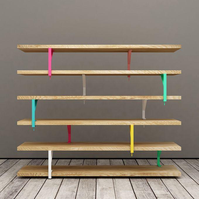 """IKEA HACK. Man kann Ekby Tryggve, Mula und Ekby Töre, drei einfache Ikea Produkte, so kreativ miteinander verbinden, dass ein freistehendes Bücherregal entsteht. Wie das aussieht zeigen Elia Maurizi und Francesco Pepa mit Unalibreria, einem ihrer Möbelstücke der Serie """"Lato B""""."""