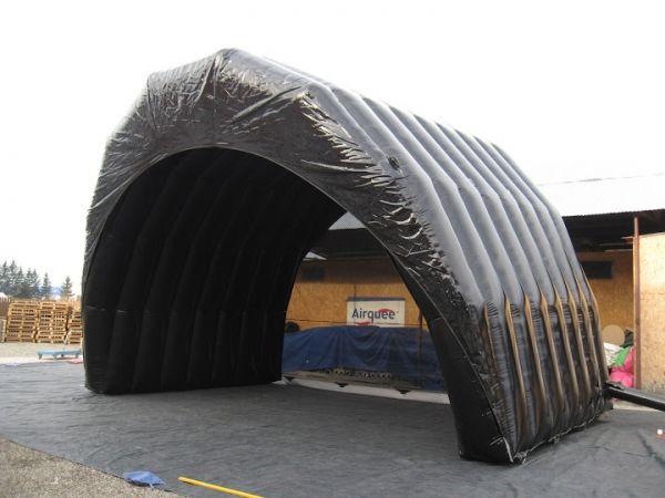 Oppblåsbart scenetak 63 m². Monteres på 4 minutter, se selv på video. Nedpakket størrelse: 1,2m ³.
