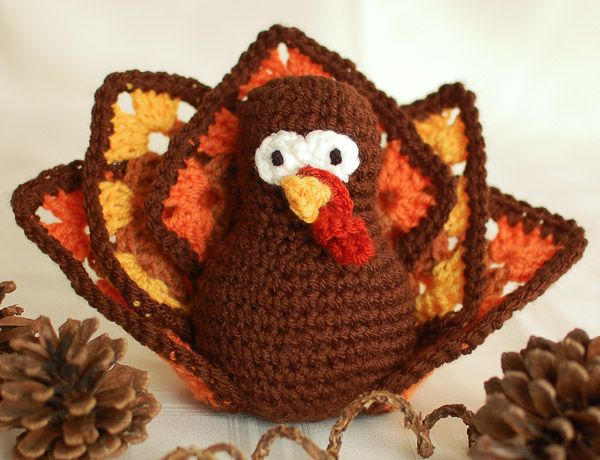 Make this cute and colorful turkey for your Thanksgiving table ... FREE crochet pattern!  #crochet  #fiber