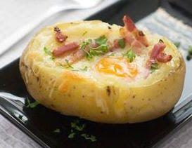 Pommes de terre au four farcie avec des oeufs et du boeuf