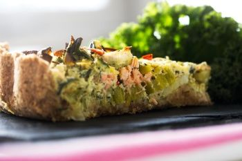 Broccolitærte med laks (Laksetærte) - MUMS! lavede dog anden tærtedej (150g fuldkornsrugmel, 100g mandelmel, 1 æg, 2 spsk kokosolie, lidt salt)
