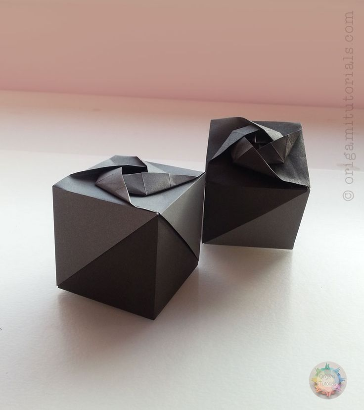 I kind of have a thing for Origami Boxes – especially Origami Rose Boxes and for braided designs (for example Rose Box by Ayako Kawate – which combines both or the Braided Tatou). Now I want to introduce you to another beautiful Origami model, that falls exactly into this category: Box with a Rose by …