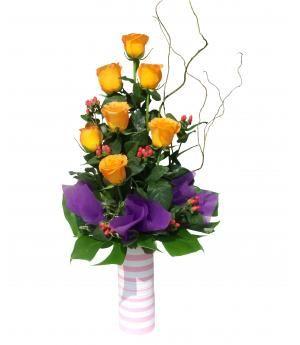 Arreglo de rosas Violette:  Rosas amarillas combinadas con detalles de violeta oscuro en florero de cerámica acompañado de Salix y follaje.  Alt. Aprox. 70 Cms. alto x 40 Cms. ancho. Pide este bello arreglo en florería Pétalos y Hojas