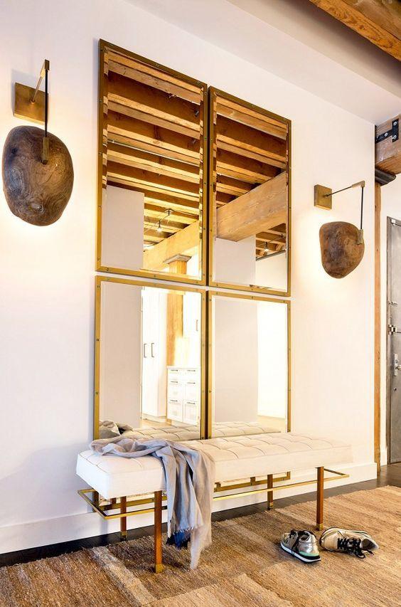 Añadir un espejo de grandes dimensiones al recibidor creará sensación de ser más espacioso, aumentará la luminosidad y hará que sea una excelente tarjeta de presentación de tu hogar.