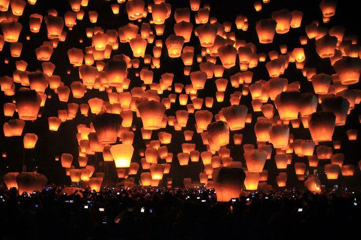 http://find-travel.jp/article/2876/2 18.ランタン祭り(台湾) 夏至の夜、葛孔明が発明したといわれる小型の熱気球「天灯(孔明灯)」を夜空に飛ばす祭。天灯の明かりが夜空一面に広がってとても幻想的です。