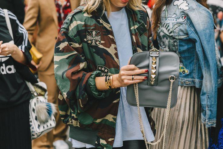 Un romantico a Milano| la chaqueta de mezclilla
