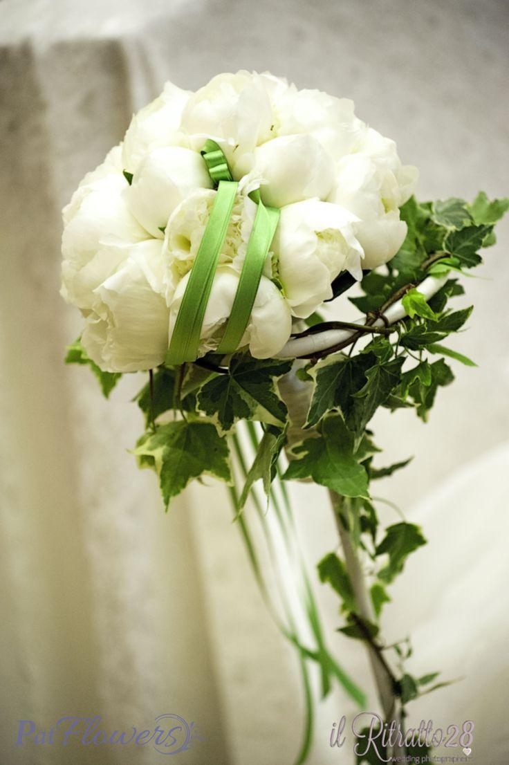 Bouquet di peonie bianche per un matrimonio romantico.