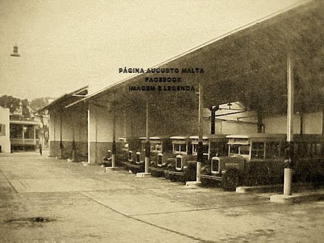 Ônibus na extinta Garagem da Light Largo dos Leões - Humaitá. Hoje o espaço é ocupado pela Cobal - 1924 Fotografia de Augusto Malta.