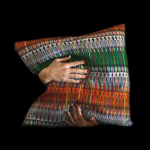 Seltenes, handgewebtes Vintage Kissen aus Guatemala. Grün, orange und mit buntem Ikat Muster. Kissenbezug 50x50 cm.