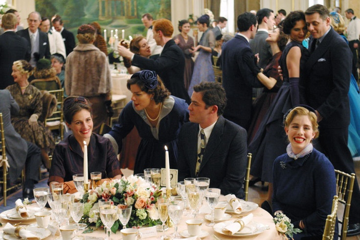 Julia Roberts (as Katherine Ann Watson), Marcia Gay Harden (as Nancy Abbey), Dominic West (as Bill Dunbar) and Lisa Roberts Gillan (as Miss Albini) in Mona Lisa Smile (2003) #monalisasmile #juliaroberts #marciagayharden #dominicwest