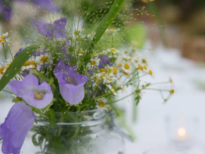 La semplicità e la bellezza dei fiori di campo per un matrimonio ecochic.