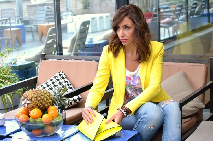 el blog de silvia - Americana y bolso sobre amarillo flúor en la Terraza del Mercado de San Antón