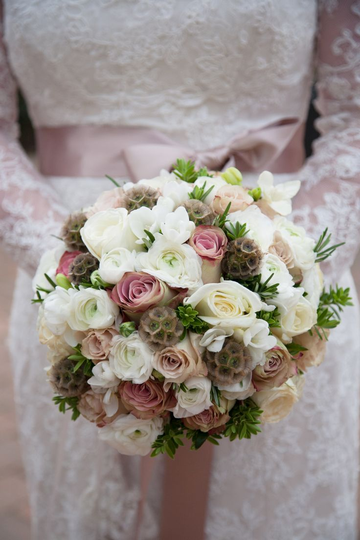 Elegant bridal bouquet filled with quick sand roses