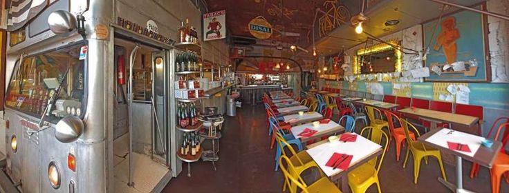 Restaurantes distintos: locales con una decoración muy original, entre ellos, el restaurante Submarino.