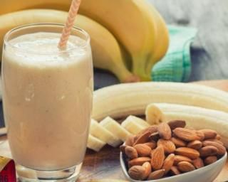 Boisson au lait de soja, banane et amandes : http://www.fourchette-et-bikini.fr/recettes/recettes-minceur/boisson-au-lait-de-soja-banane-et-amandes.html