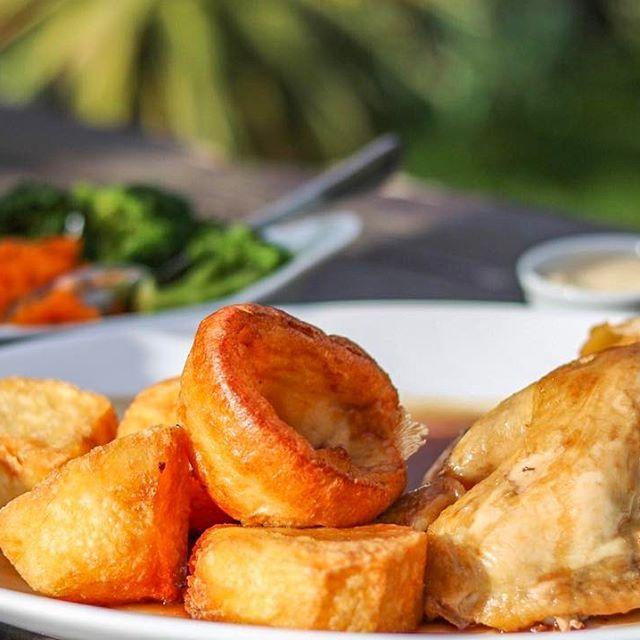 僕がイギリスで1番好きな食事「Sunday Roast」🍽ローストした肉とポテトと温野菜にグレイビーソースっていうデミグラスソースみたいなやつをタップリかけるの!名前の通り日曜日のお昼に食べるんだけど、これを食べると週末が最高になるよ😋最近晴れて来たから、外で美味しくいただきました🍗 ・ ・ ・ ・ ・ ・ ・ #ランチ #ごはん #チキン #肉 #野菜 #外 #旅 #旅行 #写真撮ってる人と繋がりたい #写真好きな人と繋がりたい #英国 #ロンドン #キャノン #留学 #SundayRoast #chicken #vegetable #UK #London #canon #instagood #instagram  #like4like #likeforlike #likesforlikes #like #foodie #food #foodporn