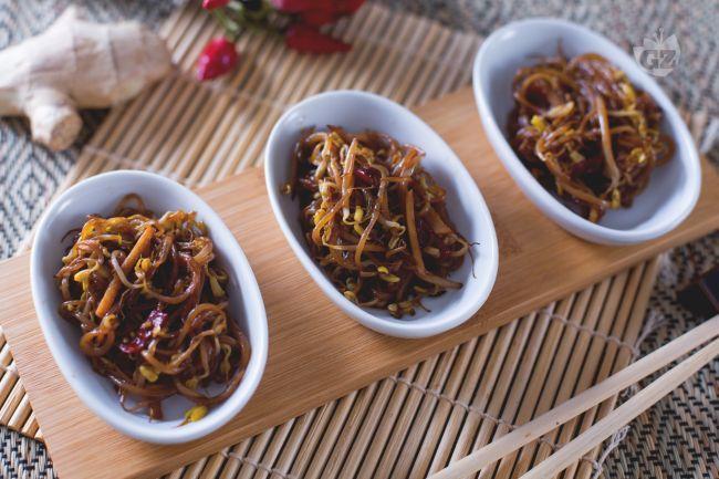 I germogli di soia saltati sono un contorno etnico semplice e veloce da cucinare, preparato con l'aggiunta di zenzero, peperoncino e salsa di soia.