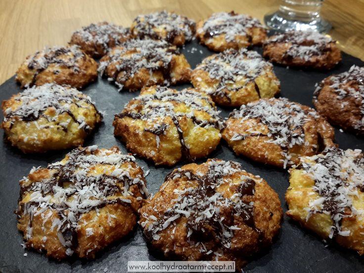 Kokoskoekjes 2 zijn inderdaad nóg lekkerder dan de kokoskoekjes 1. Extra feestelijke kokoskoekjes met chocolade en toch koolhydraatarm!