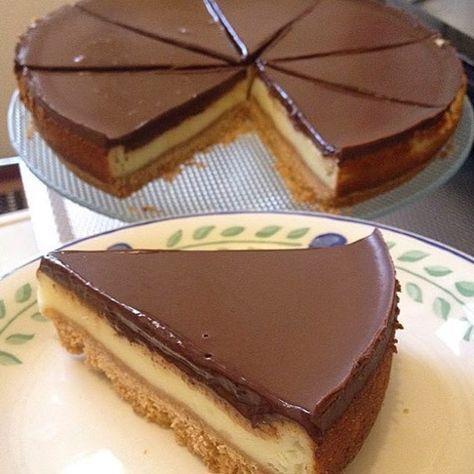 Cikolatali cheesecake, #cheesecake tarif; 1pak biskuvi petibor 3kasik tereyag 1pak labne(roomkaas) 1sb sut 1sb seker 2yumurta 1,5yk un 1yk nisasta 1pak sivi krema 200gr bitter cikolata alt tabanina icin;bir paket biskuvi Robotda gecirilir.3kasik eritilmis tereyag ile karirtirilir yagli kagit serilmis kelepceli kaliba bastirarak yayilir.buzdalabinda 1saat bekletilir. orta kremasi icin ;1sb seker,1 pak labne peyniri ile1dak cirpma teliyle yavasca elde cirpilir.daha sonra1sb sut,1,5y...