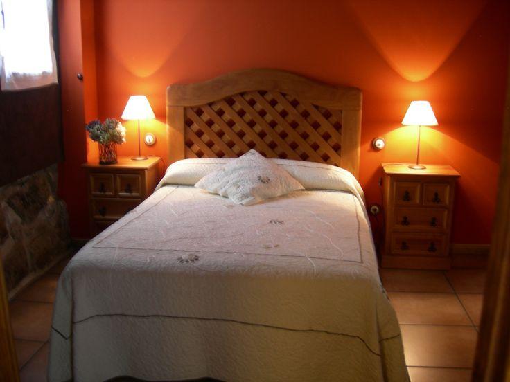 Dos dormitorios con armarios empotrados y baños de uso exclusivo con paredes de piedra vista, con original decoración acorde con el entorno.