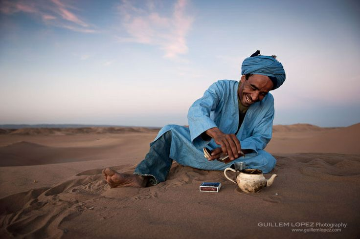 Nomad Berber pouring tea, Erg Chigaga, Sahara Desert, Morocco: Teas Time, Favorite Places, Sahara Desert, Desert Beautiful, Guillem Lopez, Blue Smile, Photo, Nomadic Teas, Pour Teas
