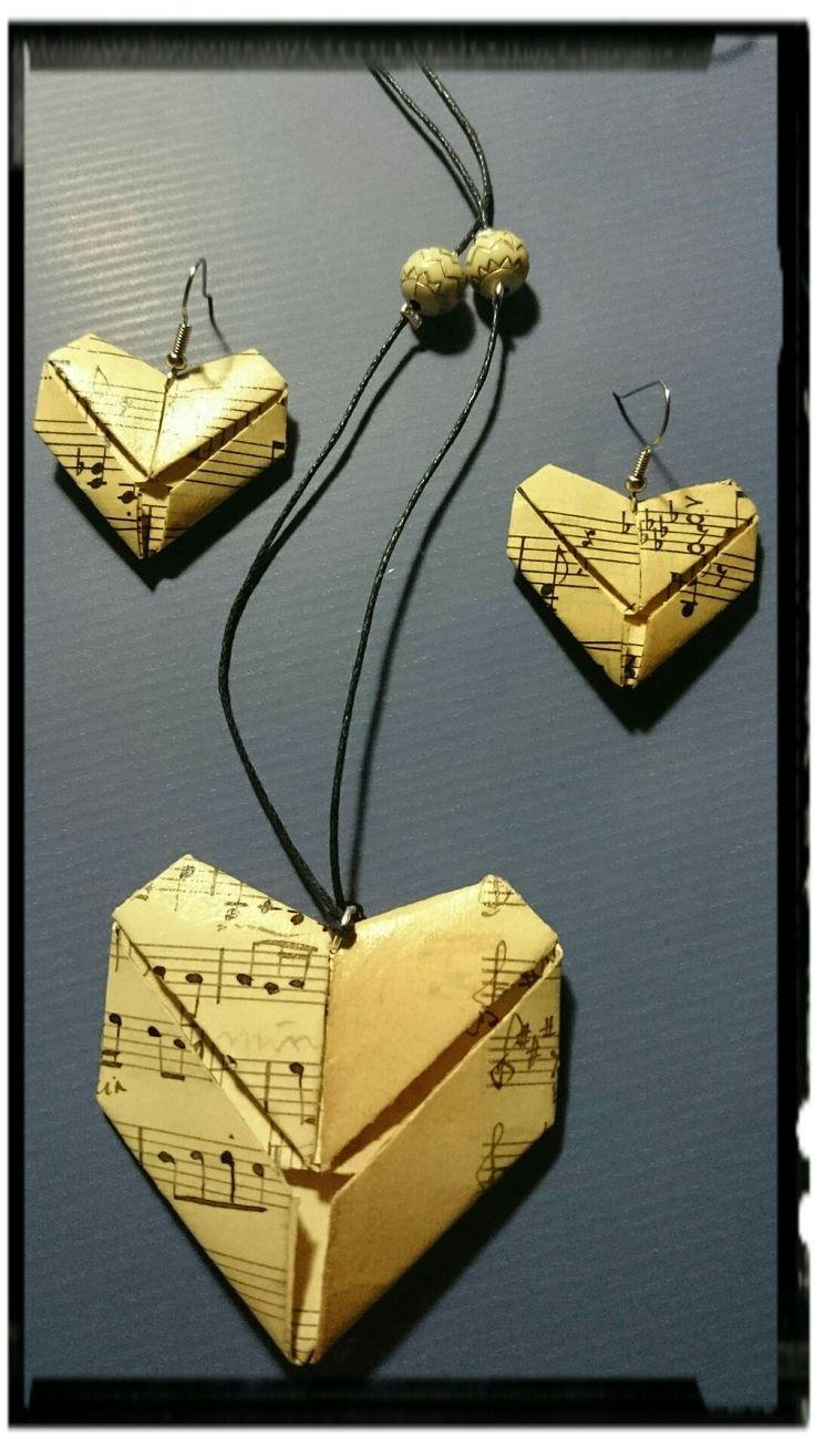 Pende e orecchini  Realizzazione con la tecnica dell'origami materiale carta musica scritta a mano fine '800 manufatti trattati per urti e impermeabilizzati