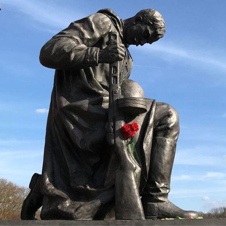Rosen statt Gewehre. #treptower #treptowerpark #warmemorial #soviet #sowjetunion #makelovenotwar #roses #redroses #roterosen #guns #gewehr #denkmal #berlin #berlincity #berlinstagram #gdr #ddr #eastberlin