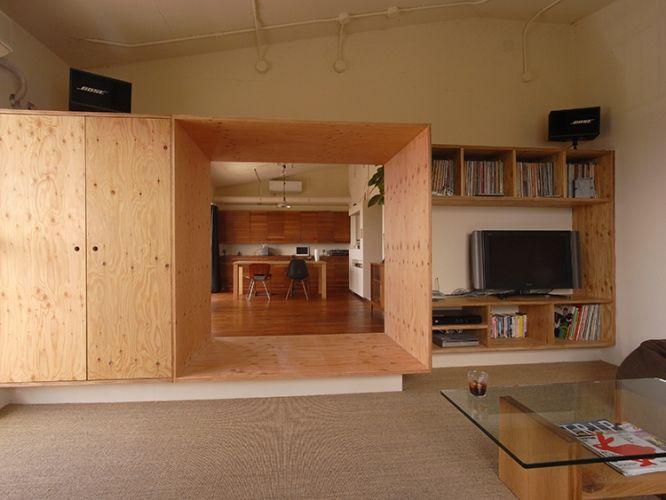 部屋のような通路のような。木のトンネルはリビングとダイニングをつなぐもうひとつの場。