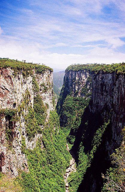Itaimbezinho é um desfiladeiro - ou garganta, em inglês, cânion - brasileiro, situado no Parque Nacional dos Aparados da Serra, na divisa dos estados do Rio Grande do Sul e Santa Catarina, Brasil. A parte superior do planalto está localizada no estado do Rio Grande do Sul,  as bordas do canion são a divisa com o estado Santa Catarina. Sendo que os paredões, a Cachoeira das Andorinhas, a Cascata Véu de Noiva, o fundo do vale onde está localizado o Rio do Boi estão em território catarinense.