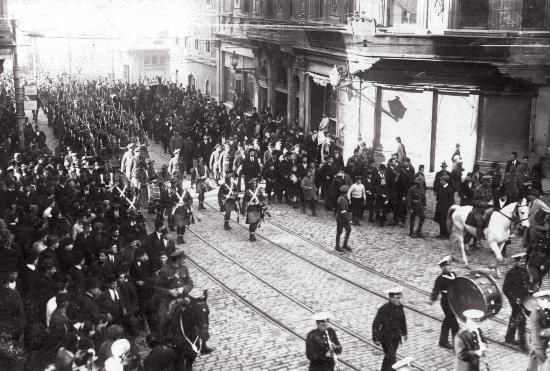 İşgal kuvvetleri bando eşliğinde Tünel'den Taksim'e doğru zafer edalarıyla ilerliyor