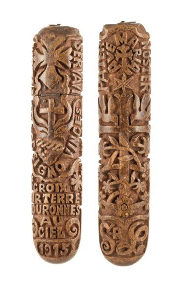 Étui à lunettes d'aumônier en bois sculpté de deux croix, du sacrécoeur de Jésus, de maximes et de formules religieuses: «AVE MARIA » « IN HOC SIGNO VINCES » « PATER NOSTER » « CROIX SUR TERRE COURONNES AU CIEL 1915 » et le chiffre Sr L. Souvenir des tranchées de 1914-1918 L: 18,5 cm
