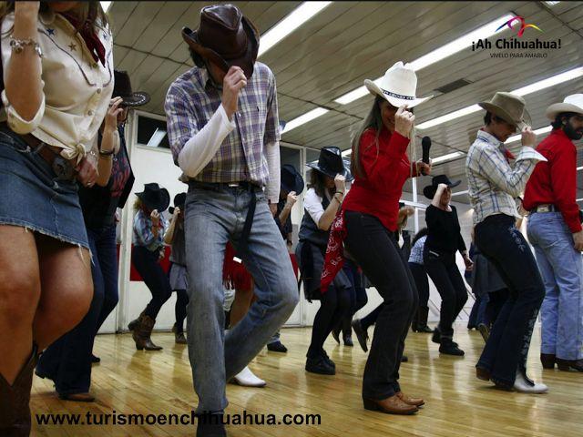 """Casa Chihuahua Centro de Patrimonio Cultural, le invita a participar en el """"Taller de Baile Country"""". Este baile es característico de la región norte del país, las botas, camisa a cuadros, pantalón de mezclilla y el sombrero, son la vestimenta ideal para este tipo de baile y para quienes asisten al rodeo. Del 17 de Junio al 3 de julio de 16:00 a 18:00 horas, le esperamos los días miércoles y viernes en Libertad No. 901 esquina Avenida Venustiano Carranza. www.turismoenchihuahua.com"""