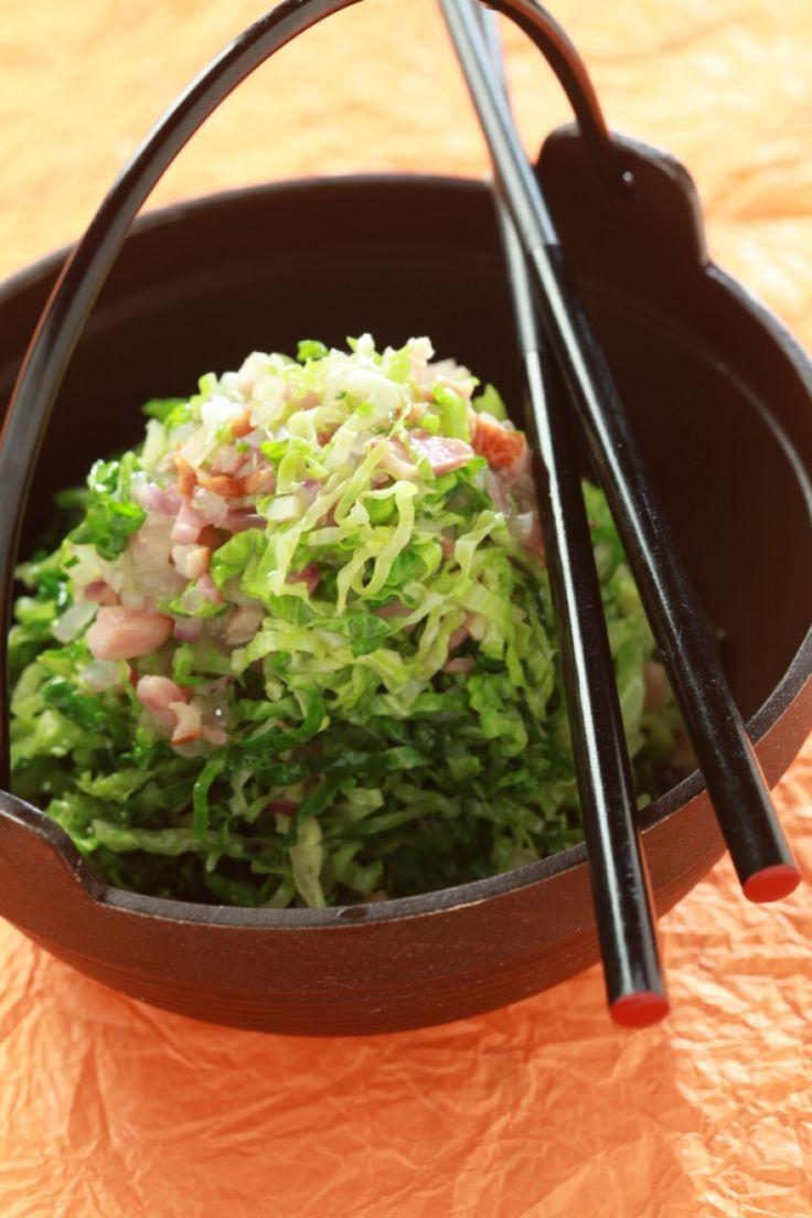 Χλιαρή σαλάτα με λάχανο, μπέικον και μαραθόσπορο
