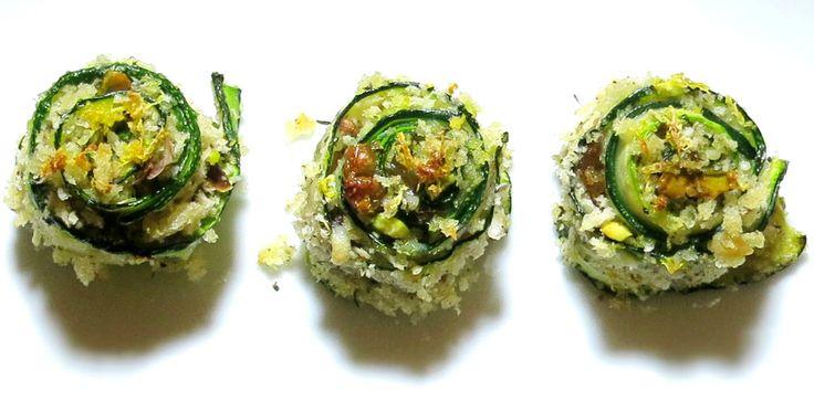 queste girelle di zucchine con croccante di pistacchi e uvette sono un antipasto sfizioso, facile e veloce, si può preparare anche in anticipo