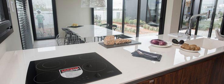 Excelente elección de #Dekton Glacier para la mesada de cocina, de lavadero y mesa, y #Dekton Kelya para la mesada de baño, en este sofisticado espacio realizado porCesar Stivaletta y Carla Belussi junto con la marmolería Itati. #NoSeRaya #NoSeMancha #NoSeQuema #ResisteUV #EstiloPilar2017