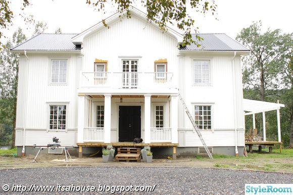 Lite före/efter bilder från vår husrenovering. Vi köpte ett fult gammalt hyreshus och håller på att göra om det till vårt drömhus. Vi gör allt arbete själva så det tar sin lilla tid. Vill du se mer så är du hjärtligt välkommen in till min blogg, googla på itsahouse så hittar du rätt.. Det här sju...