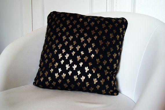 Coussin Cactus Doré. Housse de coussin carrée pour coussin 40 x 40 cm, motif géométrique cactus or sur fond noir devant / noir uni au dos