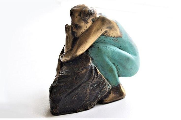 De poes kwam eindelijk thuis in brons gegoten en gepolychromeerd