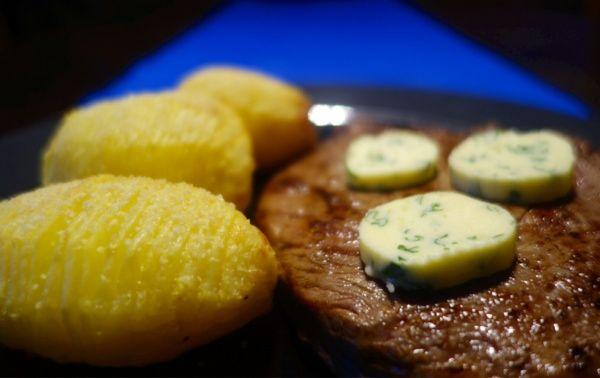 Hasselbackspotatis med entrecôte och örtsmör Oven baked potatoes with entrecote and garlic butter