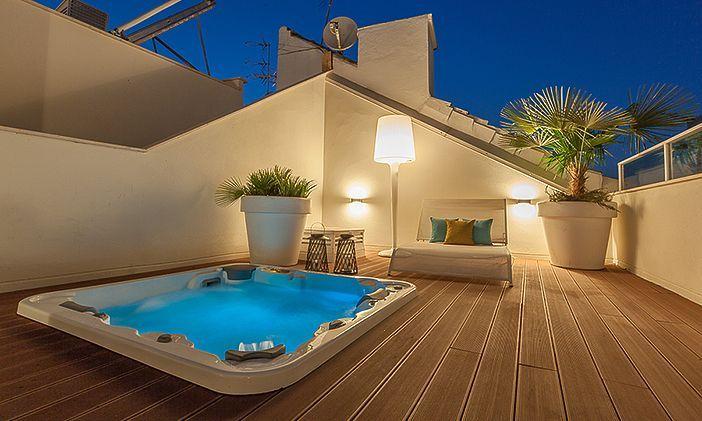 Su impresionante terraza con jacuzzi define a este elegante apartamento situado en pleno centro de Málaga