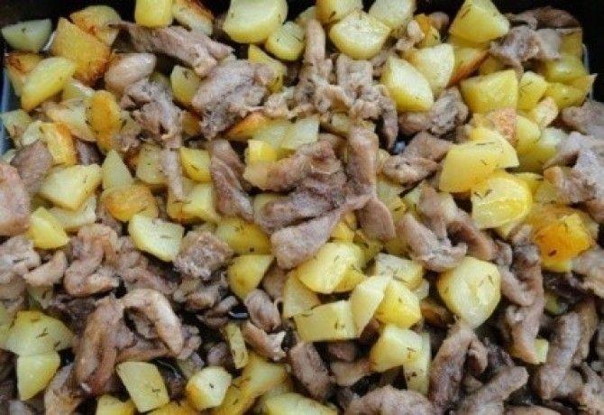 Apróra vágjuk a sertéshúst, majd ízlés szerint az adott fűszerekkel befűszerezzük. Meglocsoljuk olajjal és sütőzacskóba helyezzük. Meghámozzuk a  burgonyát és apró kockára vágjuk. Berakjuk a husi mellé, kissé megrázogatjuk a zacskót, hogy a burgonya is kapjon a fűszerekből. Előmelegített sütőben készre sütjük. #finom #pecsenye #dieta #aloevera #follow #budapest #hungary #projectlife