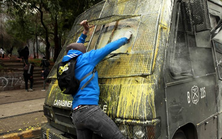 Ustedes piensan que está pintando el bus? no señores, lo está limpiando :)