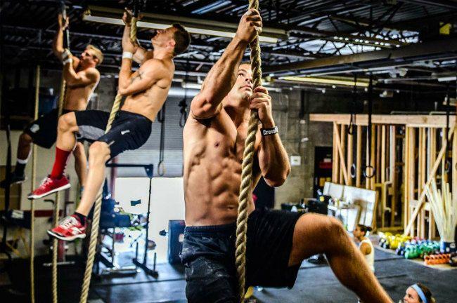 CrossFit – это комплекс высокоинтенсивных упражнений, направленных на развитие выносливости, физической силы и ловкости. При выполнении упражнений задействуются все группы мышц