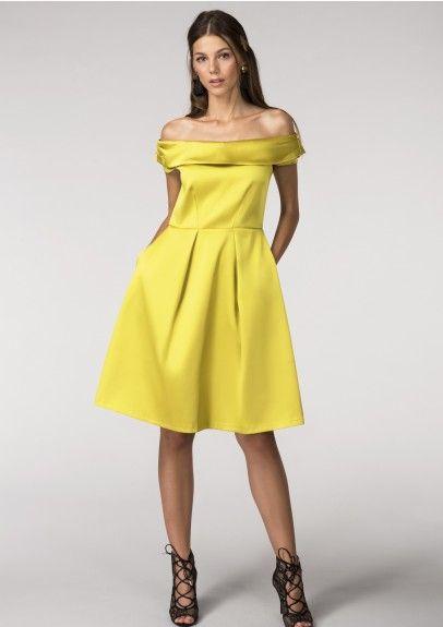 Hořčicové společenské šaty Closet Diana Nádherné šaty z londýnské módní dílny si vás získají svou střídmostí, ale zároveň elegancí a nadčasovostí. Nádherná výrazná barva ve zlato hořčicovém odstínu, lesklý saténový materiál přímo vybízí k tomu, abyste si vyšla na ples, večírek, do divadla či na jinou společenskou událost. Doporučujeme vyšší podpatek a výrazné doplňky a budete královnou nejen parketu. Zajímavě řešený živůtek se spadlými rameny a projmutím skvěle sedí, od pasu dolů je sukně…
