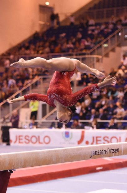 Laurie Hernandez -- a beautiful full split in the middle of a beam tumble!?!