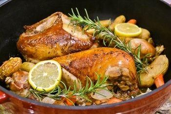 海外ではよく、丸ごと一羽のチキンやターキーを調理する際にブライン液を使用しています。こちらのレシピも鶏肉の分量は一羽分。パーティーにぴったりのメニューです。そしてブライン液に使っているのは、お水ではなくレモンティー。ジューシーに仕上がるそうですよ。