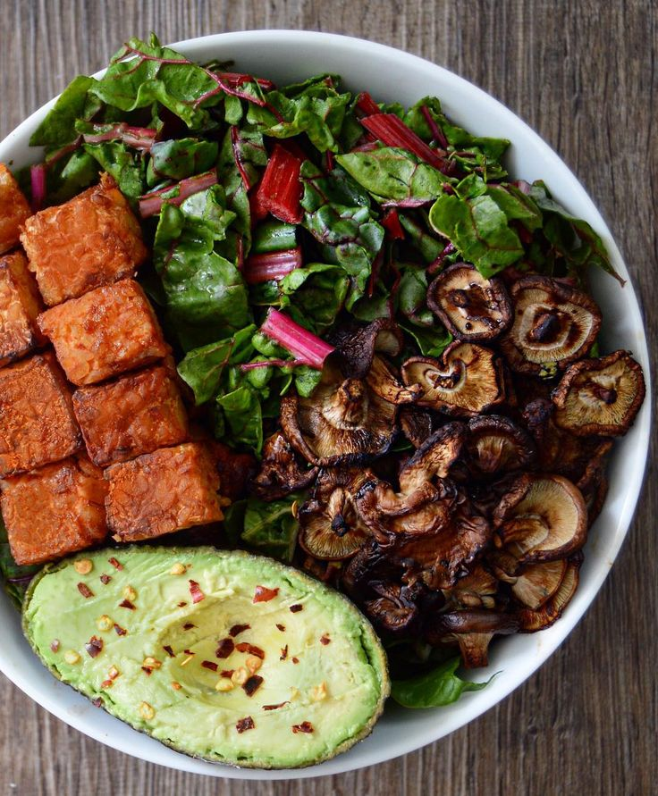 "3,051 Me gusta, 79 comentarios - Aria - [Bay Area, CA] (@theyummyplant) en Instagram: ""Bowl of heaven with all the veggies: swiss chard, avocado, roasted mushrooms and Sriracha tempeh…"""