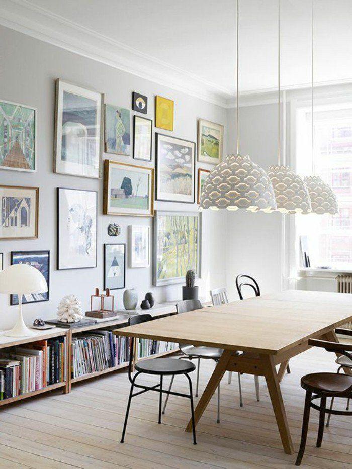 etagere basse, table en bois et chaises noires, lampes blanches suspendues